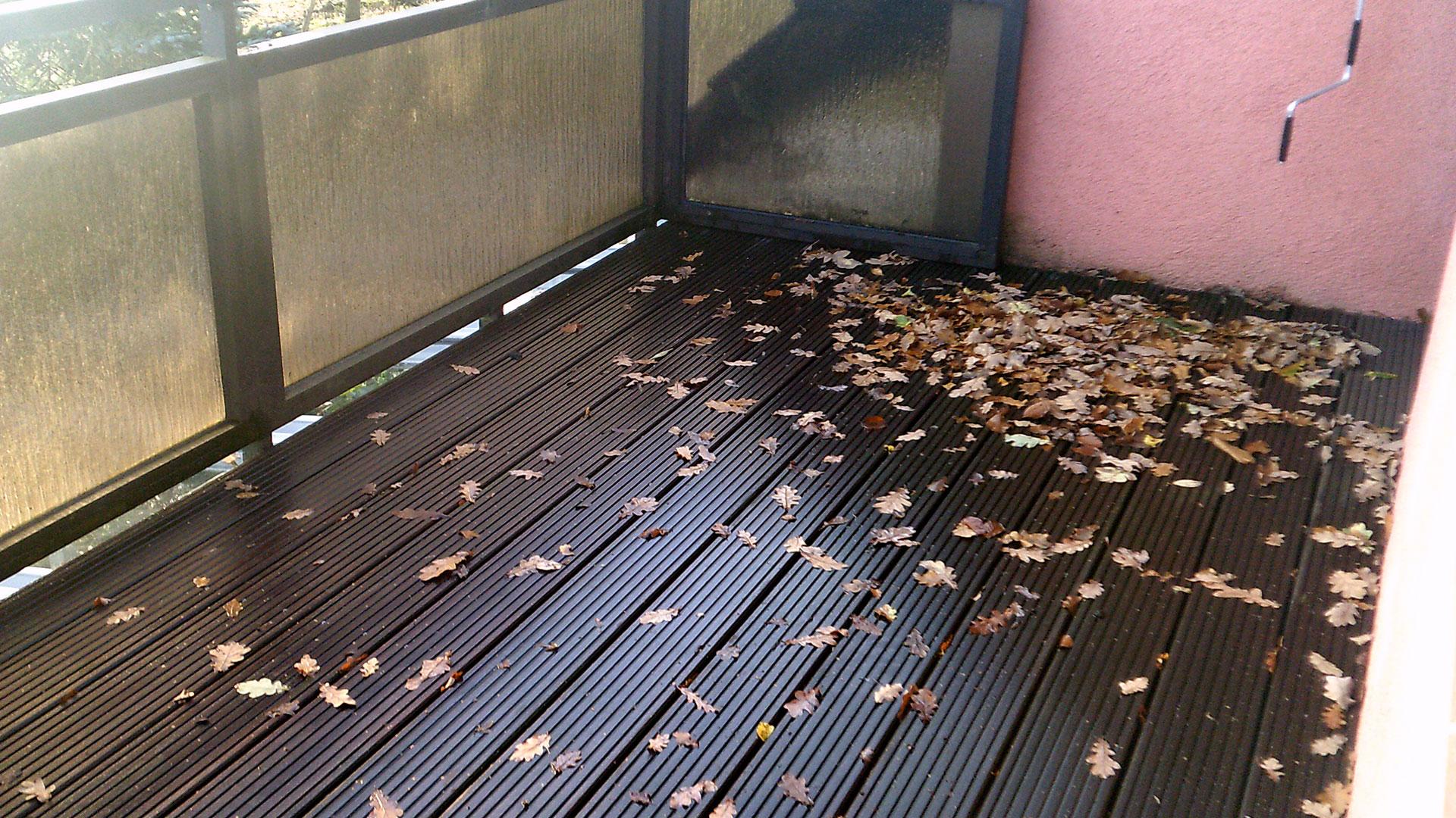 Balkon vor Sanierung: Laub und Holzboden 1920x1080px | Dachdeckerei Spalek OHZ