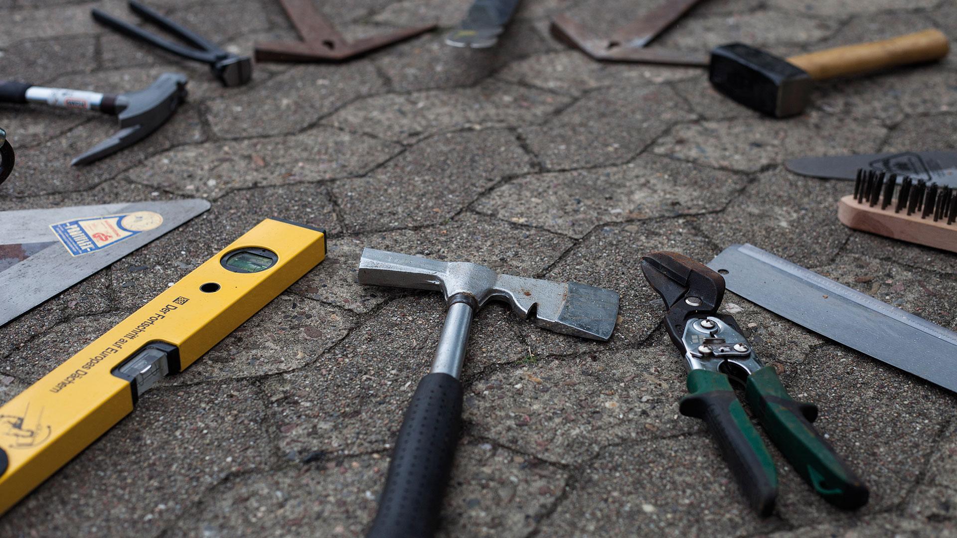 Dachdeckerwerkzeug ausgelegt 1920x1080px | Dachdeckerei Spalek OHZ