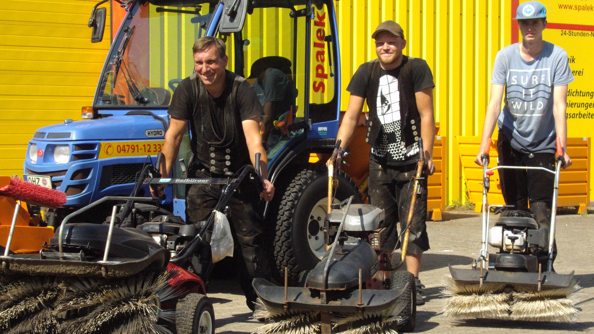 Winterdienst Mitarbeiter mit Schneeräumungsmaschinerie 1920x1080px | Dachdeckerei Spalek OHZ