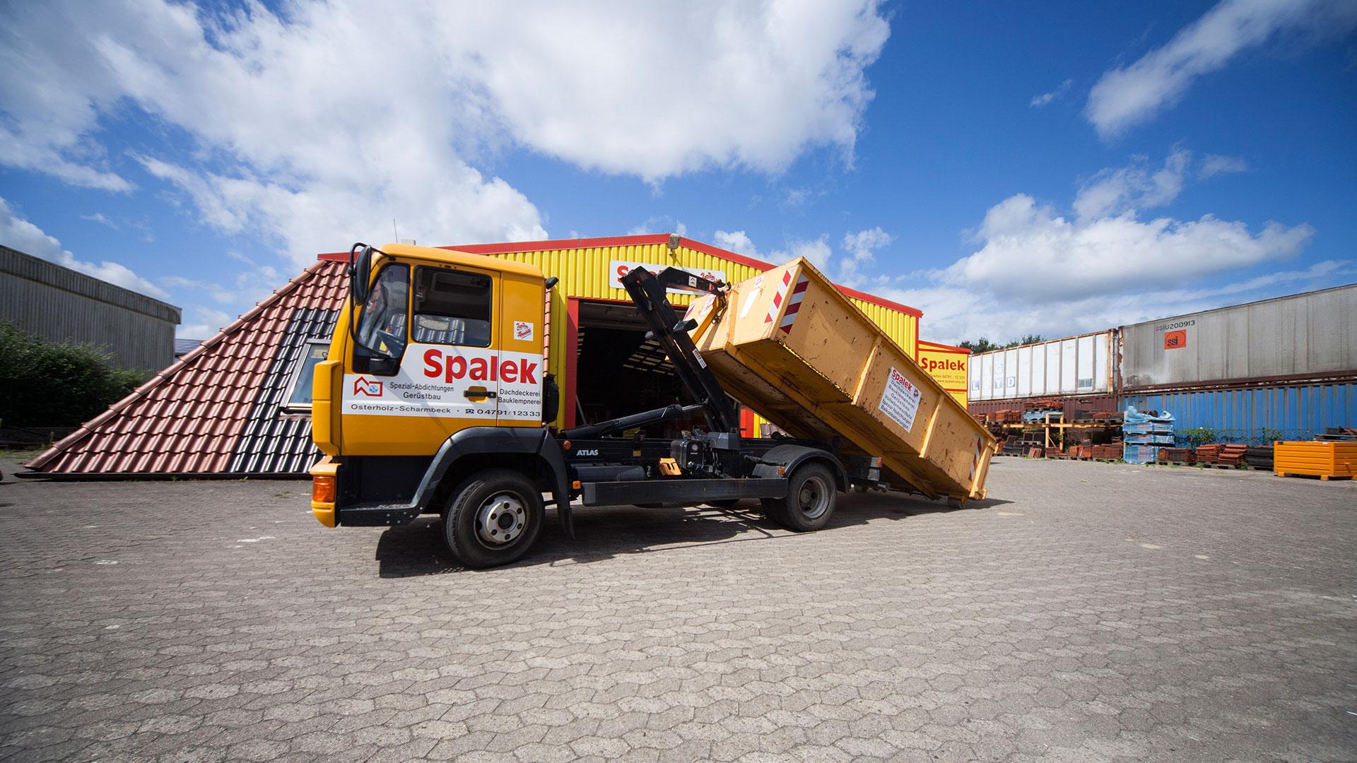 Lastwagen beim Abladen des Containers 1920x1080px | Dachdeckerei Spalek OHZ