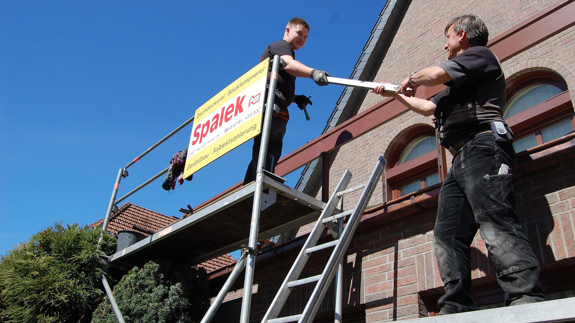 Dachdecker bei der Arbeit 1920x1080px | Dachdeckerei Spalek OHZ