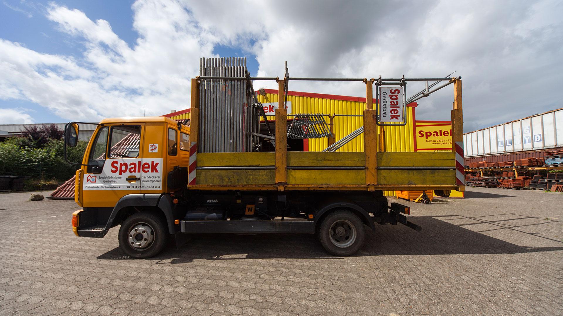 Gerüstbau Lastwagen mit Gerüstelementen 1920x1080px | Dachdeckerei Spalek OHZ